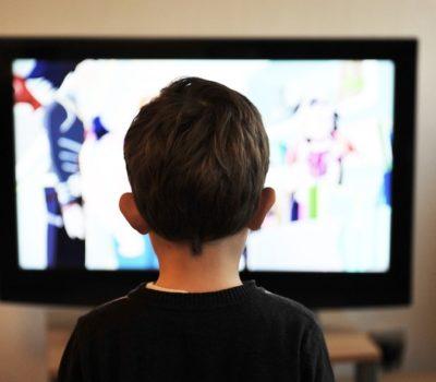 Secondo alcuni scienziati la tv commerciale di Mediaset ci ha reso populisti (e fatto votare Forza Italia e Movimento 5 stelle)
